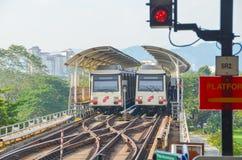 吉隆坡,马来西亚- 2013年10月4日:一列迅速KL LRT地铁火车在吉隆坡马来西亚 图库摄影