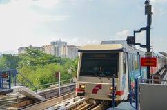吉隆坡,马来西亚- 2013年10月4日:一列迅速KL LRT地铁火车在吉隆坡马来西亚 库存照片