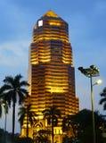 吉隆坡,马来西亚- 2017年1月10日:大众银行塔在日落的,一个著名摩天大楼在吉隆坡,马来西亚 库存图片