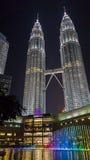 吉隆坡,马来西亚- 2016年1月07日:天然碱双塔在与轻的展示的晚上 免版税库存照片