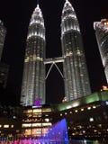 吉隆坡,马来西亚2016年10月12日:天然碱双塔在夜 吉隆坡,马来西亚 图库摄影