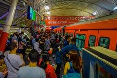 吉隆坡,马来西亚- 2017年3月9日:非常繁忙的火车站在城市,有他们通勤者的人群的等待 免版税库存照片
