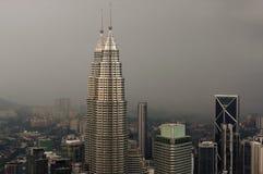 吉隆坡,马来西亚- 11月17 2016年:吉隆坡市的剧烈的风景日落的,从KL塔Menara KL 库存照片