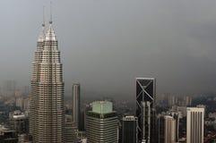 吉隆坡,马来西亚- 11月17 2016年:吉隆坡市的剧烈的风景日落的 从KL塔Menara的看法 免版税库存图片