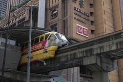 吉隆坡,马来西亚- 12月31,2017 :KL穿过Berjaya时代广场驻地,最高的购物的Ma的单轨铁路车火车 免版税库存照片