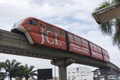 吉隆坡,马来西亚- 12月31,2017 :KL穿过Berjaya时代广场驻地,最高的购物的Ma的单轨铁路车火车 图库摄影