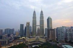 吉隆坡,马来西亚- OCT19 :微明的双峰塔2015年10月19日在吉隆坡 免版税库存照片