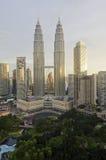 吉隆坡,马来西亚- OCT19 :微明的双峰塔2015年10月19日在吉隆坡 库存图片