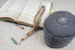 吉隆坡, 2016年5月18日:圣洁古兰经、Tasbih和kopiah帽子 DOF和拷贝空间 库存照片