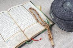 吉隆坡, 2016年5月18日:圣洁古兰经、Tasbih和kopiah帽子 DOF和拷贝空间 库存图片