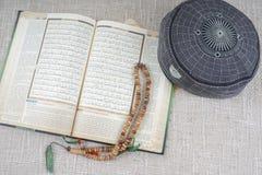 吉隆坡, 2016年5月18日:圣洁古兰经、Tasbih和kopiah帽子 DOF和拷贝空间 免版税库存图片