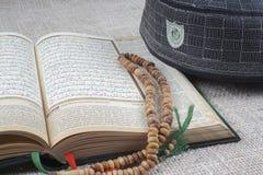 吉隆坡, 2016年5月18日:圣洁古兰经、Tasbih和kopiah帽子 DOF和拷贝空间 免版税图库摄影