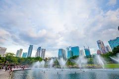吉隆坡:2017年2月18日:在水池的喷泉在事务附近 库存图片