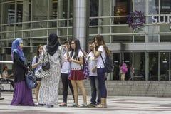 吉隆坡-2015年3月01日:采取pictur的Underfined游人 库存照片