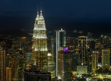 吉隆坡/马来西亚- 2019年:从梅纳拉KL塔的美好的空中夜城市光视图 免版税库存图片