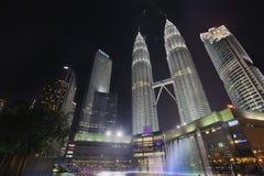 吉隆坡KLCC由喷泉的公园地平线 图库摄影