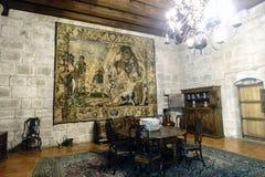 吉马朗伊什葡萄牙 2017年8月14日:与一把圆桌和五古色古香的木椅子的Braganza公爵的宫殿的室 免版税库存图片