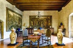 吉马朗伊什葡萄牙 2017年8月14日:与中国瓷花瓶、中世纪家具和ta的Braganza公爵的宫殿霍尔 免版税库存照片