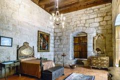 吉马朗伊什葡萄牙 2017年8月14日:中世纪卧室在与床的Braganza公爵的宫殿与多彩床头板, 图库摄影