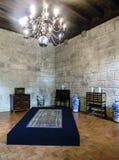吉马朗伊什葡萄牙 2017年8月14日:书桌和瓷花瓶显示有中世纪抽屉的在公爵的宫殿的屋子里 免版税库存图片