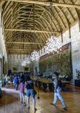 吉马朗伊什葡萄牙 2017年8月14日:参观与coffered的木的Braganza公爵的宫殿的主要大厅的游人 免版税库存照片