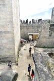 吉马朗伊什葡萄牙 2017年8月14日:参观Afonso Henriques国王的内部走廊游人从第11 centu防御 免版税库存图片