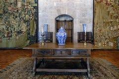 吉马朗伊什葡萄牙 2017年8月14日:有中国瓷花瓶在上面和两张书桌的老橡木书桌在背景中 在a 库存图片