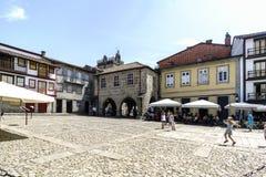 吉马朗伊什葡萄牙 2017年8月14日:村庄的市区广场有鹅卵石老房子地板和石头门面的有a的 库存照片