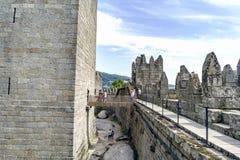 吉马朗伊什葡萄牙 2017年8月14日:桥梁的看法在墙壁和葡萄牙Afon的国王的城堡的保留的之间 免版税库存照片