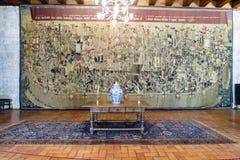 吉马朗伊什葡萄牙 2017年8月14日:盖墙壁和桌的一床被绣的和多彩挂毯的细节用中国po 免版税图库摄影