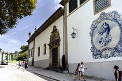 吉马朗伊什葡萄牙 2017年8月14日:称诺萨的天主教会的门面Senhora做有瓦片马赛克的卡尔穆有的 免版税库存图片