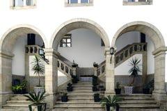 吉马朗伊什葡萄牙 2017年8月14日:门廊和台阶有石扶手栏杆的铺磁砖了墙壁有五颜六色的图画的在一块老石头h 免版税库存照片