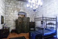 吉马朗伊什葡萄牙 2017年8月14日:Braganza公爵的中世纪型的卧室在它的有有四根帐杆的卧床床的宫殿,中世纪 库存图片