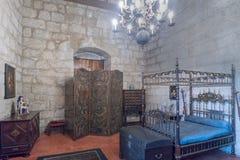 吉马朗伊什葡萄牙 2017年8月14日:Braganza公爵的中世纪型的卧室在它的有有四根帐杆的卧床床的宫殿,中世纪 免版税库存照片