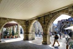 吉马朗伊什,拉格,葡萄牙 2017年8月14日:一个石房子的哥特式样式曲拱在镇的中心广场告诉了Sa 库存图片