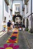 吉马朗伊什,拉格,葡萄牙 2017年8月14日:有非常五颜六色的装饰品的狭窄的鹅卵石胡同在它的中心 石房子 免版税库存图片