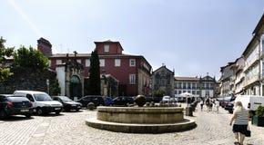 吉马朗伊什,拉格,葡萄牙 2017年8月14日:有鹅卵石地板的街市镇中心和一个小喷泉在中心 与 库存图片