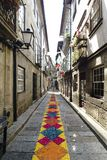 吉马朗伊什,拉格,葡萄牙 2017年8月14日:有非常五颜六色的装饰品的狭窄的鹅卵石胡同由在它的c的小纸形成了 库存图片