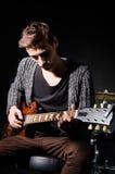 吉他人使用 免版税图库摄影