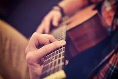 吉他人使用 库存图片