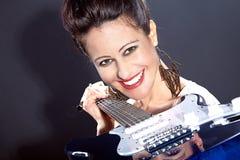 吉他俏丽的妇女 免版税库存图片