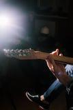 吉他即兴重复段特写镜头 串电仪器 免版税库存照片
