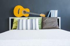 吉他和书 免版税库存图片
