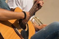 吉他和喇叭演奏员 免版税库存图片
