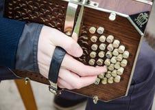 吉他和手 免版税库存图片