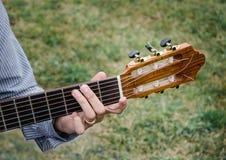 吉他和手 库存照片