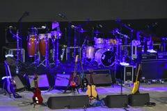 吉他和打击乐器在阶段在晚上 库存图片
