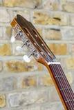 吉他和砖墙- 2 库存照片