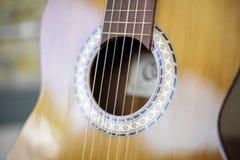 吉他和砖墙- 5 免版税库存图片