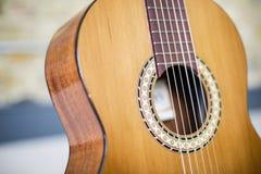 吉他和砖墙- 6 图库摄影